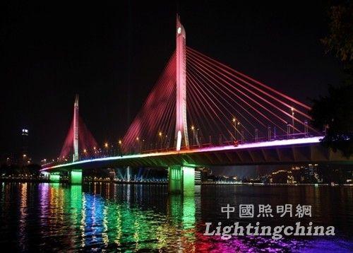 设计范围内的十座大桥横穿广州四区,绵延20多公里,范围广,数量多。而亚组委、建委、路灯所、桥梁管理等不同单位的参考意见综合协调,造价高低的斟酌都给设计工作增加了许多不确定因素,2009年4月至2010年10月方案一直在调整过程中,汇报文本达60多个版本,每座桥的效果方案都有40多幅,再加相应的动画调整,设计过程漫长而曲折。