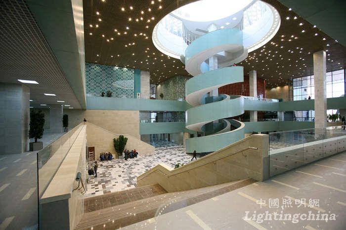 设计单位:Studio 44 Architects 项目地点:阿斯塔纳 分类:文化建筑 建筑面积:18,700平方米 少年宫转化的设计语言是一个高8米、直径156米的建筑结构。巨盘下方是中庭空间,围绕中庭是一个个的盒子空间,都是功能单元,包括溜冰场、射击场、电影院、游泳馆、博物馆等等。建筑的表皮点缀着传统民居的饰物,内部也有着独特的传统装饰。巨盘设计还为本建筑提供了全景视野平台。  天然光的有效利用、与室内光的良好结合、用光营造出少年喜欢的风格。最大的特色是照明手法简约到位。  建筑与照明的融合适宜,室