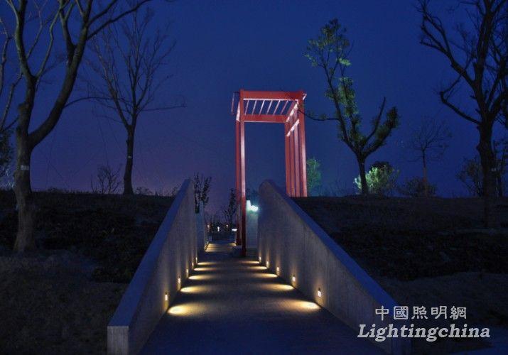 ⑵,通过对景观构造,步道,人行桥,水景,植物等的照明位置,亮度及光