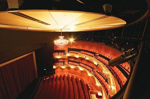 设计 剧院/对称的剧院入口在保持简单的几何形状以及精工构造的流畅线条外...