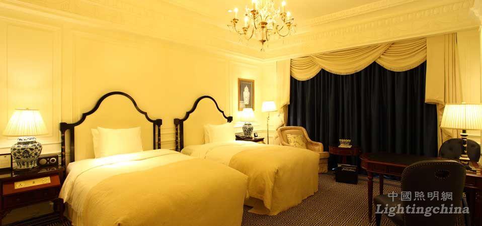天津利兹卡尔顿酒店位于海河边英伦文化区,建筑采用欧式城堡设计,法国人奢华酒店设计师皮尔为内部做了装饰设计。酒店的内部公共区域由一个个极具新古典戏剧的场景组成。在这里光,不仅仅是照明,而成为舞台效果的一部分,同时也是客人五星酒店体验的重要组成部分。    飞利浦照明为酒店提供了(照明+控制+设计)的一站式智能化解决方案,LED光源、灯具和Dynalite客房和公共区域控制系统的完美结合,确保了出色的照明效果,及时的灯光氛围控制,和超好的节能效果。    走进大堂,你已被置身于欧式舞台剧中。经典总是情理之